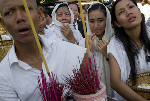 CAMBODIA. Phnom Penh. 13/07/2008: Funeral of Khem Sambo, journalist at pro-opposition paper Moneaksa Khmer, killed with his 21 yr old son by gunmen near the Olympic Stadium on 11/07/2008.